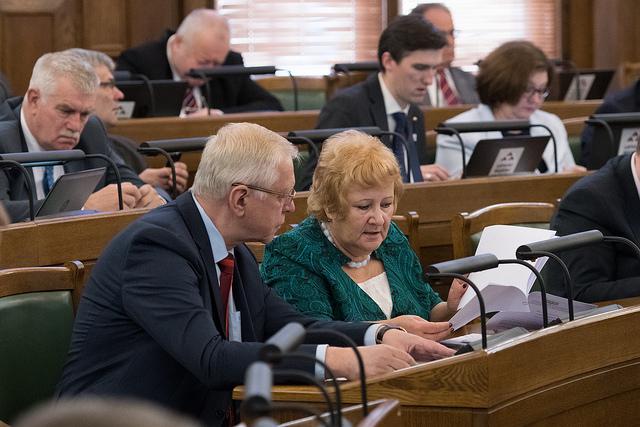 Saeima noraida ierosinājumu samazināt PVN likmi kompensējamām zālēm