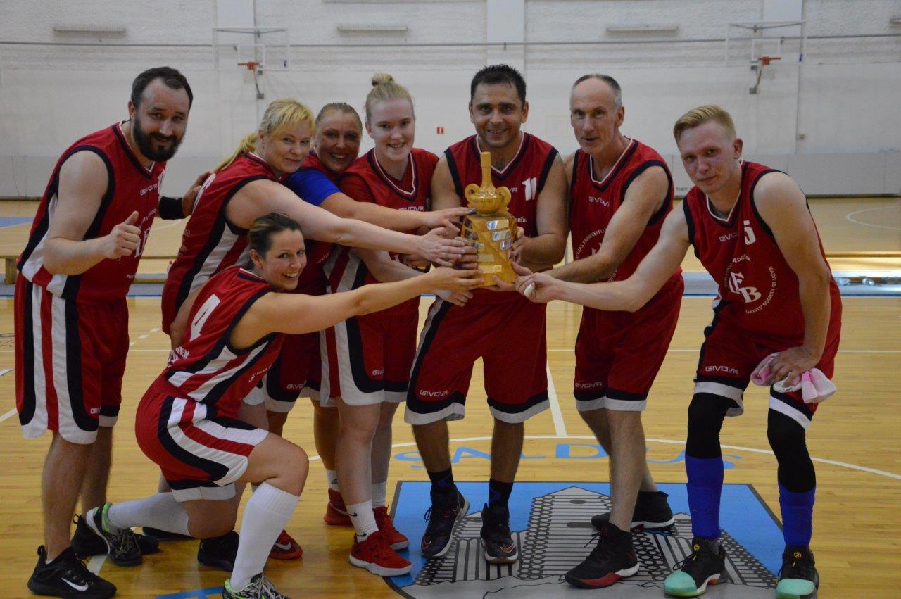 LFB basketbola turnīrā uzvar Latvijas Farmaceitu biedrības apvienotā komanda