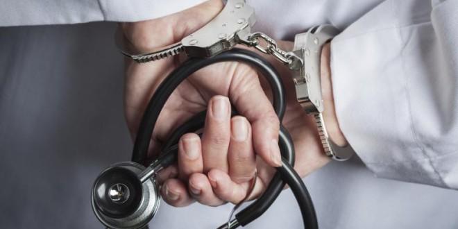 Policija aizturējusi četru personu grupu, tostarp, vienu mediķi aizdomās par fiktīvu vakcinēšanu pret Covid-19